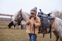 Wszystko co powinieneś wiedzieć przed zapisaniem dziecka na pierwszą jazdę konną
